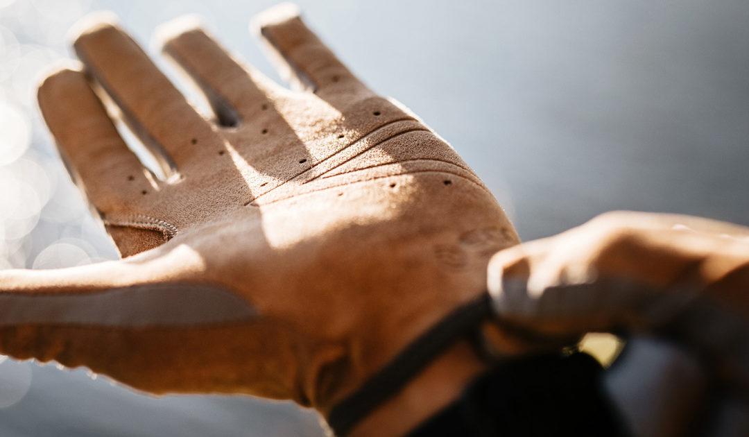 ¿Sería sostenible un guante con el logo en madera? ¿Y es posible? Sí en la línea de guantes Roeckl ECO.SERIES